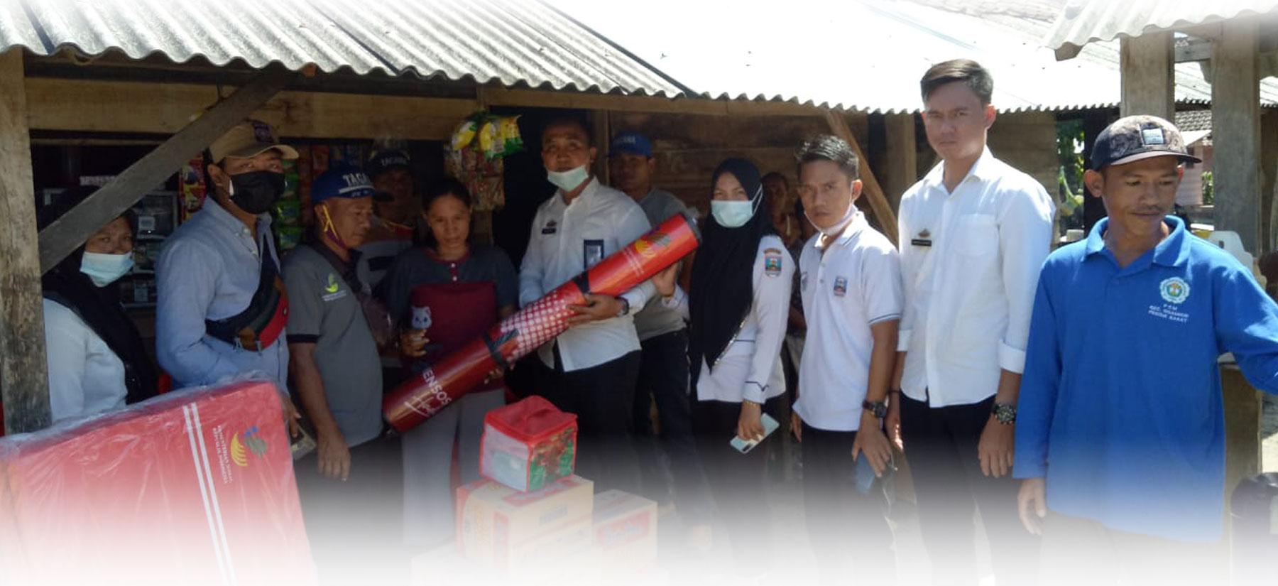 Penyerahan Bantuan Korban Kebakaran Pokon Gedung Cahya Kuningan Kecamatan Ngambur