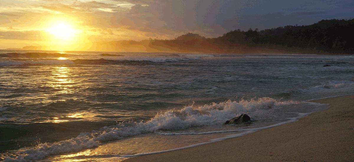 Menikmati matahari terbenam (Sunset) di Pantai Pesisir Barat